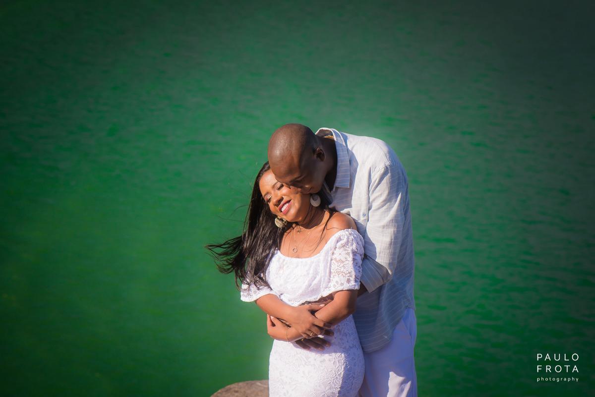 Ensaio pre wedding em arraial, casal com mar atrás