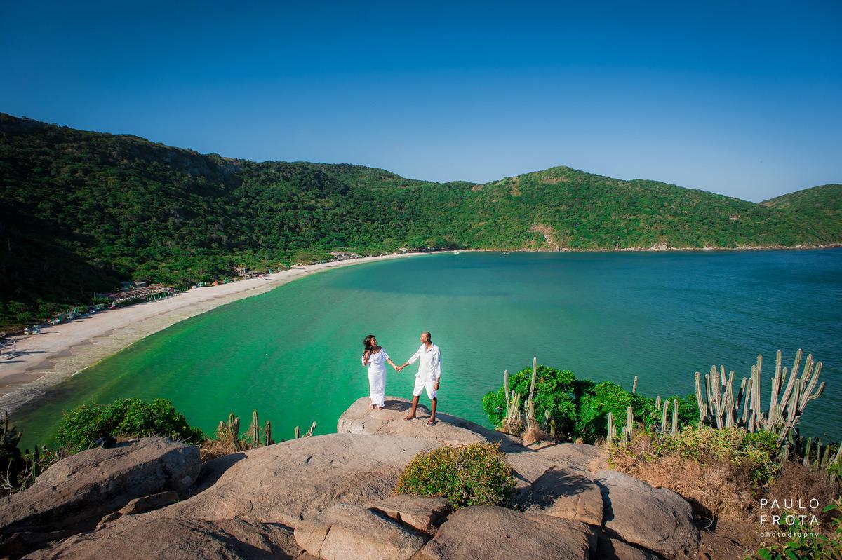 Ensaio pre wedding em arraial, casal com a praia do forno de paisagem
