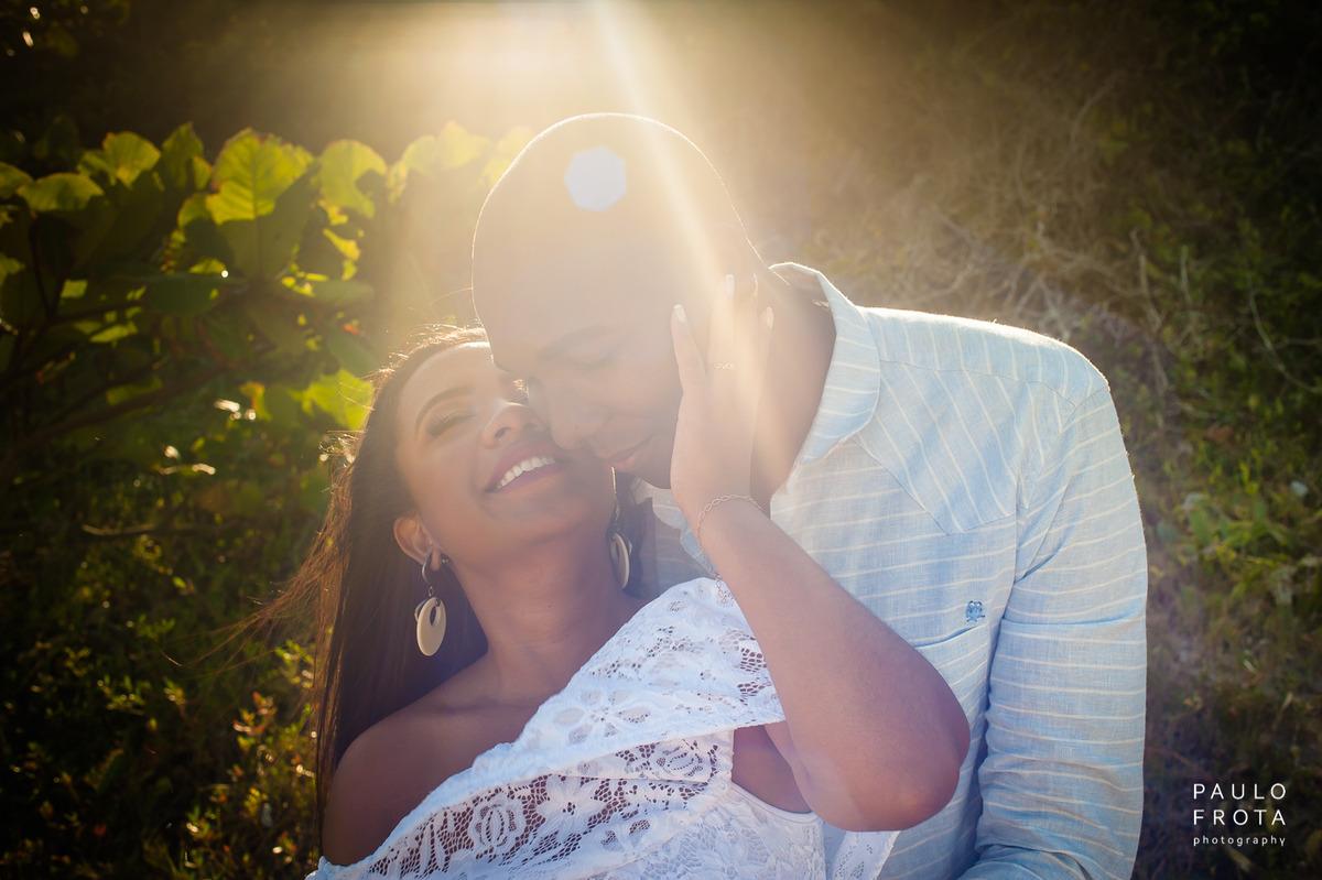 Ensaio pre wedding em arraial, casal com efeito de flare