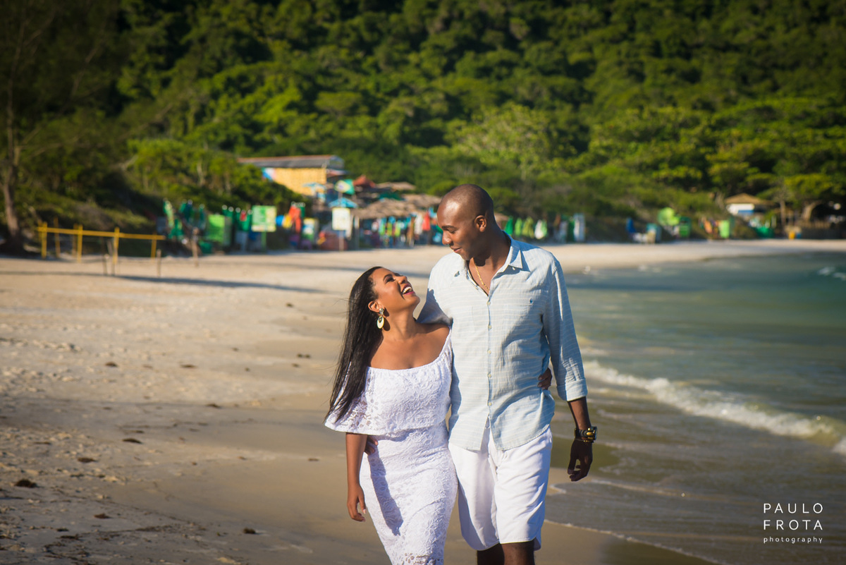 Ensaio pre wedding em arraial, casal andando na praia do forno