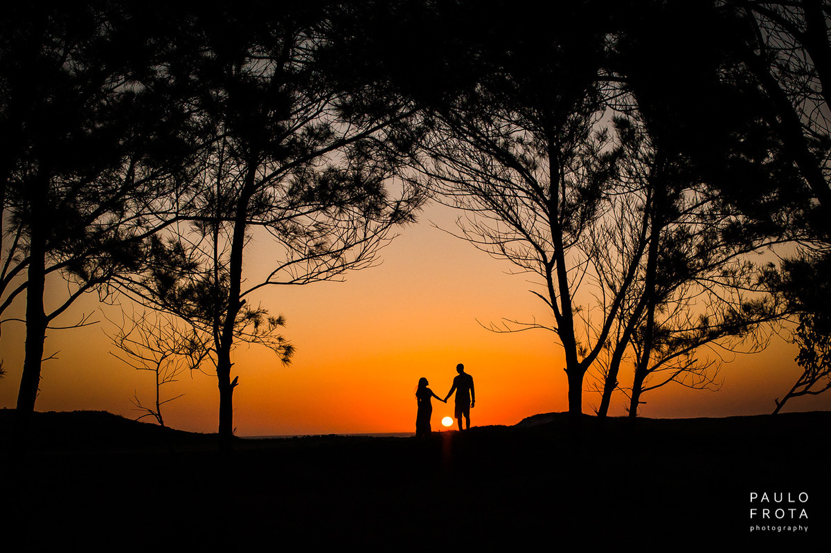 silhueta de casal, com por do sol entre o casal