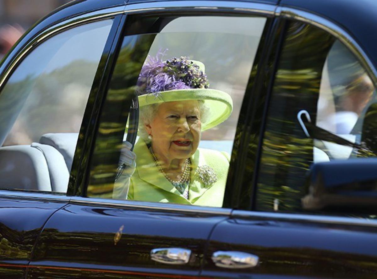 """""""Há uma reunião com as mulheres da realeza para que as cores dos trajes sejam definidas.  A cor mais forte sempre será da Rainha Elizabeth, a partir daí as cores serão bem claras"""". Fátima Ziegler"""