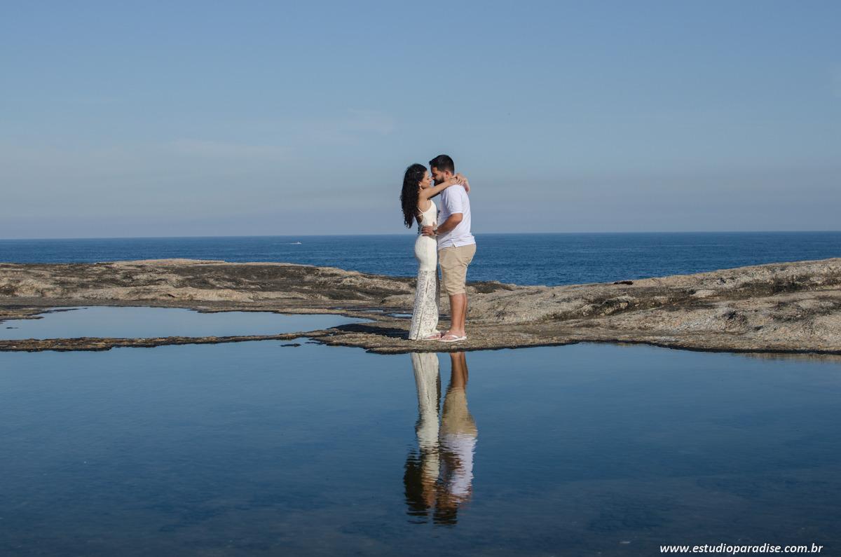 Ensaio pré-casamento do casal Leandro e Geíza na praia de Itacoatiara, no Rio de Janeiro