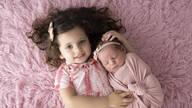 de Newborn Helena e a mana Júlia