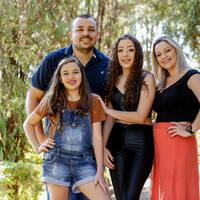 Alanis e família