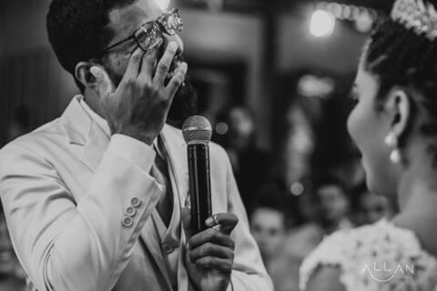 Noivo chorando na troca de alianças de Casamento Thiago e Jéssica