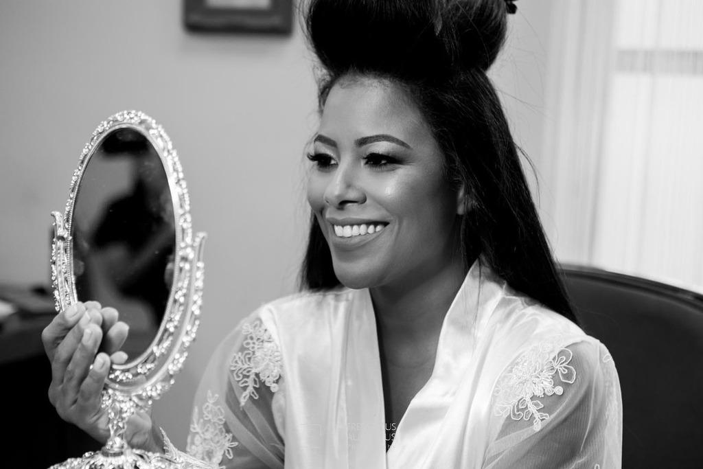 A noiva Júnia vendo como ficou o seu make-up no Dia da Noiva na Lutt & Kakau Lopes Beauty Space