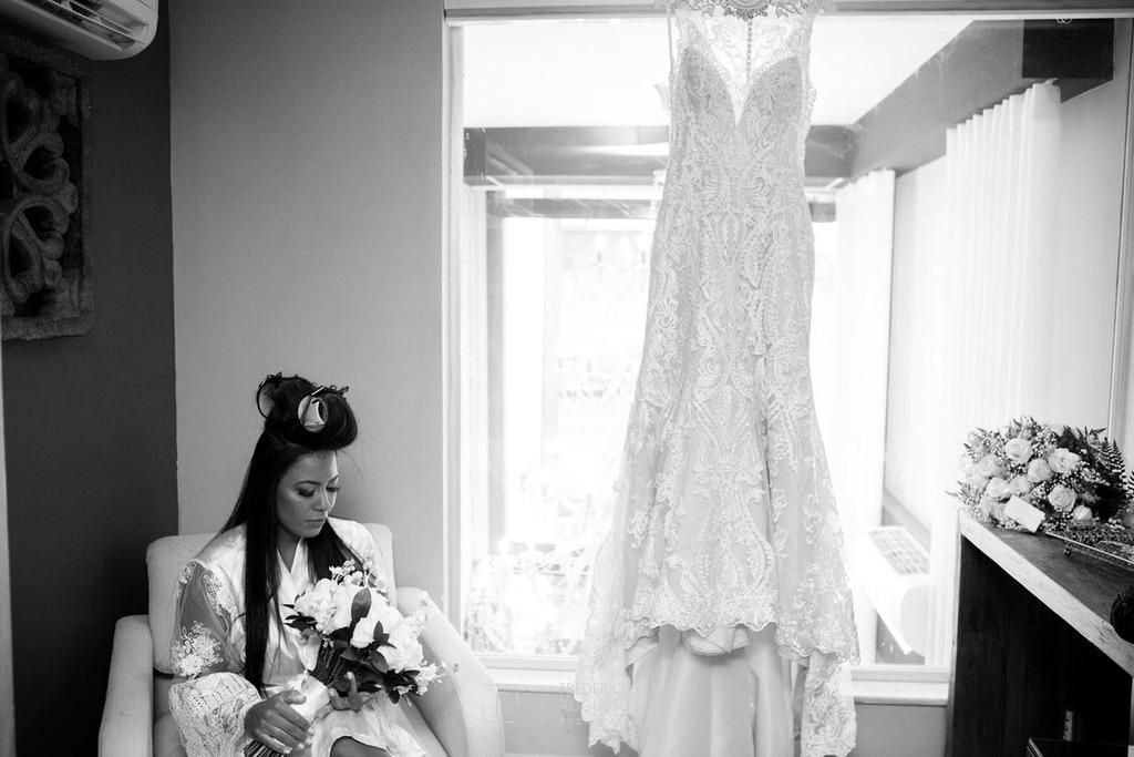 A noiva Júnia vendo o lindo buquê de flores