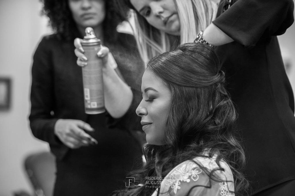 A noiva Júnia fazendo o seu penteado no Dia da Noiva na Lutt & Kakau Lopes Beauty Space