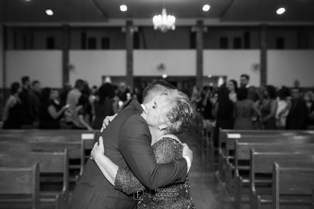 Noivo despedindo da mãe na  Igreja Nossa Senhora Aparecida