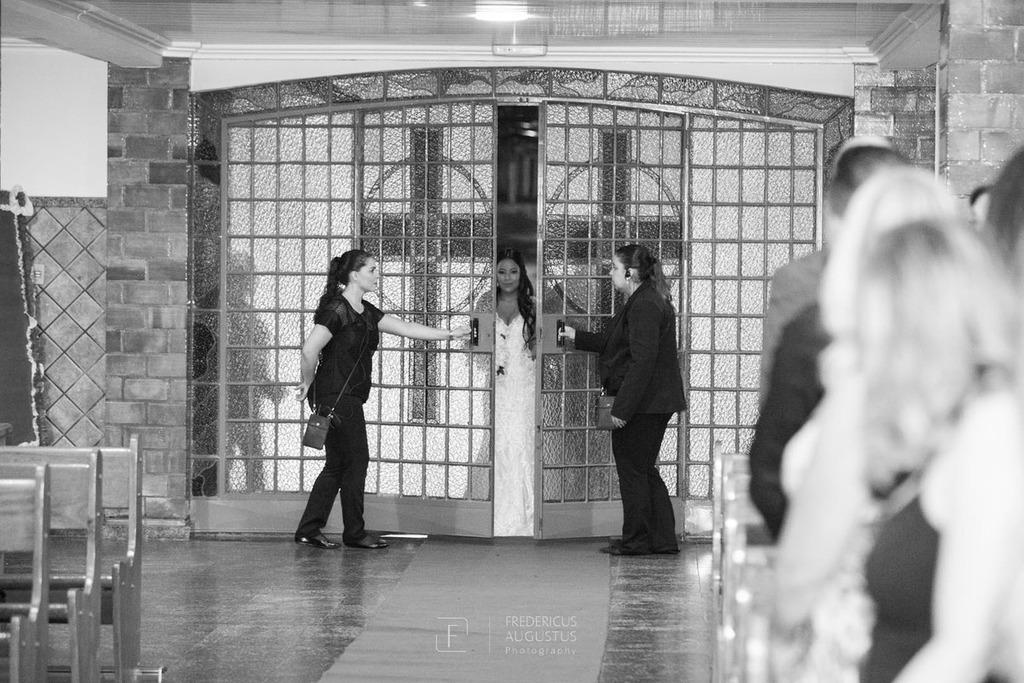 A noiva Júnia entrando na  Igreja Nossa Senhora Aparecida
