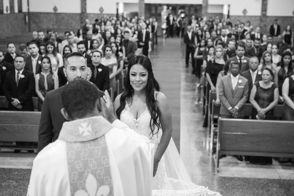 Os noivos Júnia e Felipe no altar da  Igreja Nossa Senhora Aparecida
