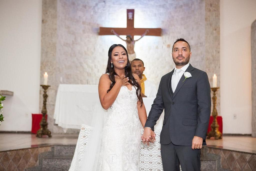 A noiva Júnia emocionada na entrada da imagem de Nossa Senhora Aparecida e do terno na  Igreja Nossa Senhora Aparecida
