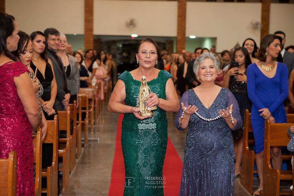 A mãe da noiva entrando com a imagem de Nossa Senhora Aparecida e a sogra com o terno na  Igreja Nossa Senhora Aparecida