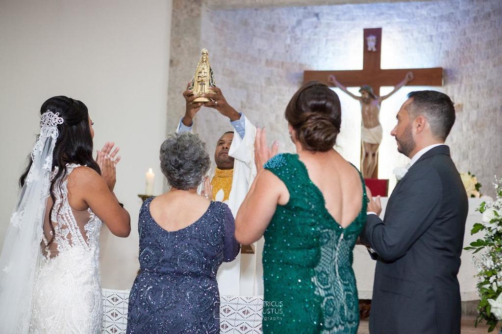 Os noivos e suas mães saudando a imagem de Nossa Senhora Aparecida no altar