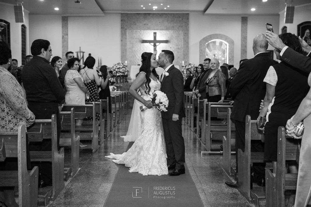 O beijo dos noivos Júnia e Felipe na saída da A noiva Júnia emocionada na entrada da imagem de Nossa Senhora Aparecida e do terno na  Igreja Nossa Senhora Aparecida