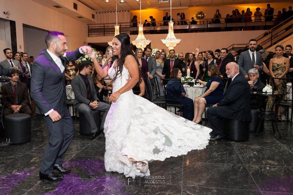 Os noivos Júnia e Felipe dançando no centro no salão do Multispace Espaço para Eventos