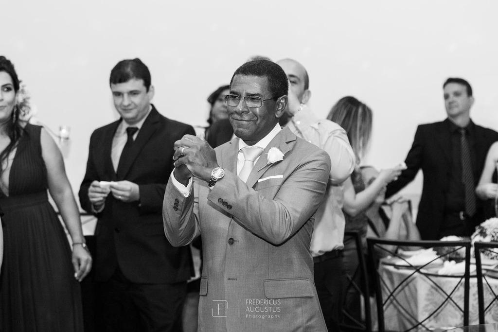 O pai da noiva emocionando com a dana dos noivos Júnia e Felipe no centro no salão do Multispace Espaço para Eventos
