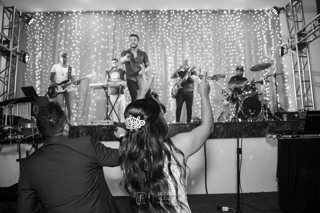 Os noivos Júnia e Felipe dançando no Multispace Espaço para Eventos com show ao vivo
