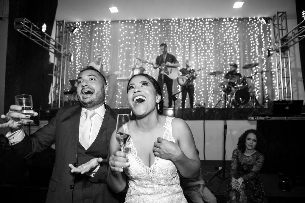 Os noivos Júnia e Felipe dançando no Multispace Espaço para Eventos com show ao vivo do Rayan Carlo