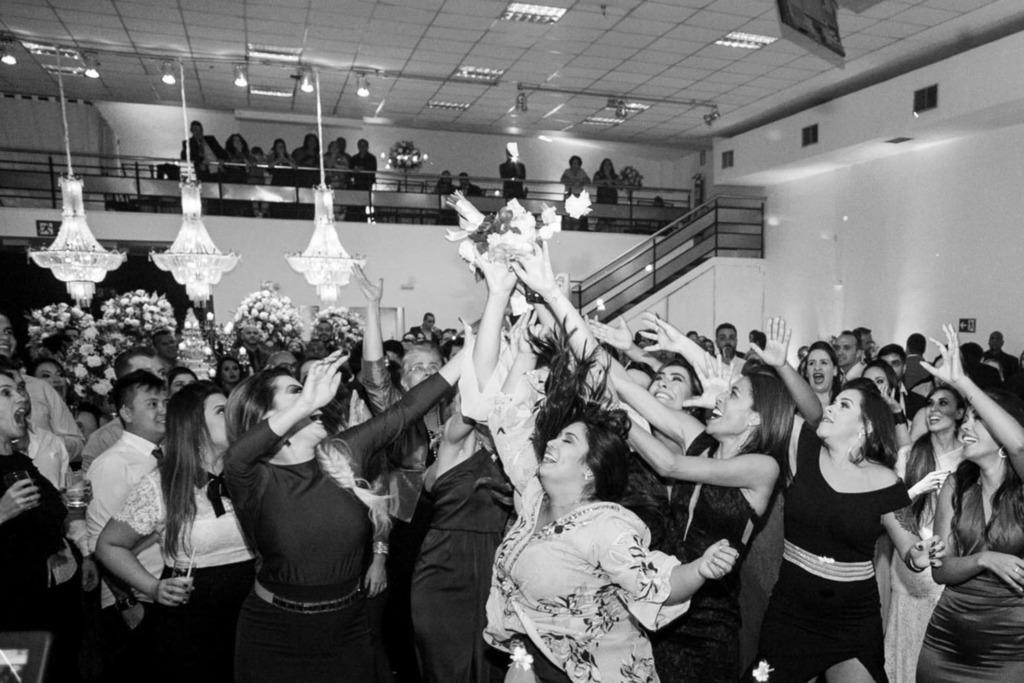 As amigas da noiva Júnia pularam para pegar o buquê no centro do salão do Multispace Espaço para Eventos