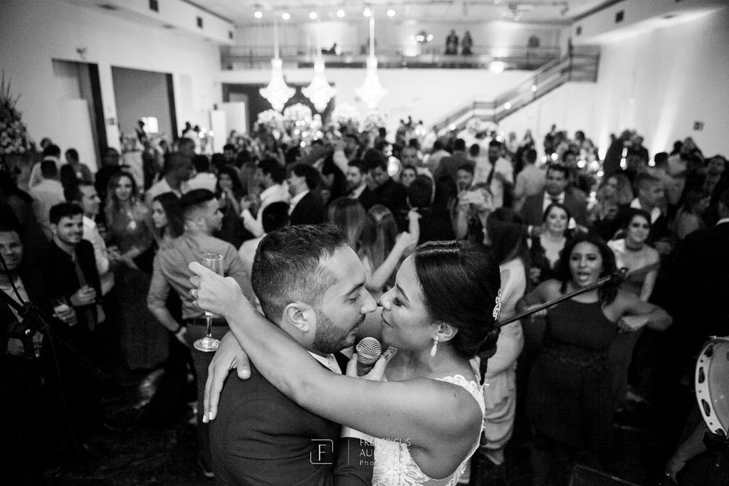 A noiva Júnia recebendo homenagem do noivo Felipe no centro do salão do Multispace Espaço para Eventos