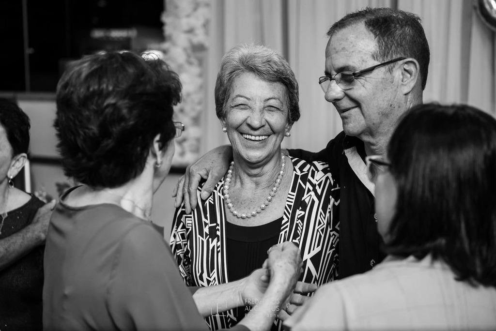 Maria José na sua festa de 80 anos no Salão Celebrai Recepções e Eventos recebendo seus convidados