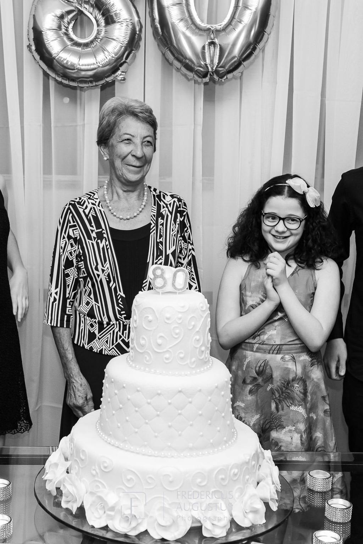 Maria José com seus familiares na hora do parabéns para você no Salão Celebrai Recepções e Eventos