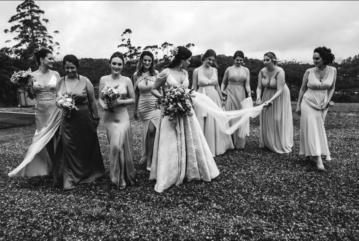 brinde dos noivos com família e noivas e madrinhas casamento no campo timbó santa catarina fotógrafo rafael bigarelli