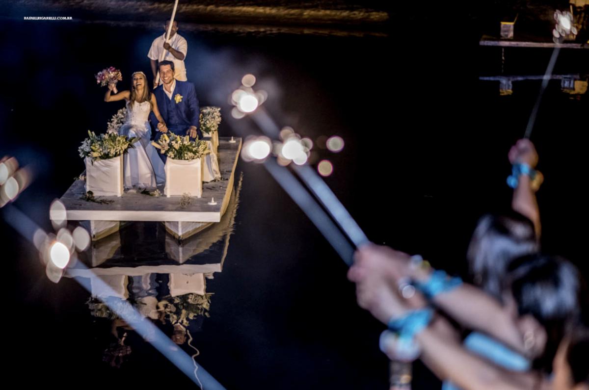 casamento na praia de itamambuca - litoral sp casamento pé na areia decoração noivos de barco cerimônia
