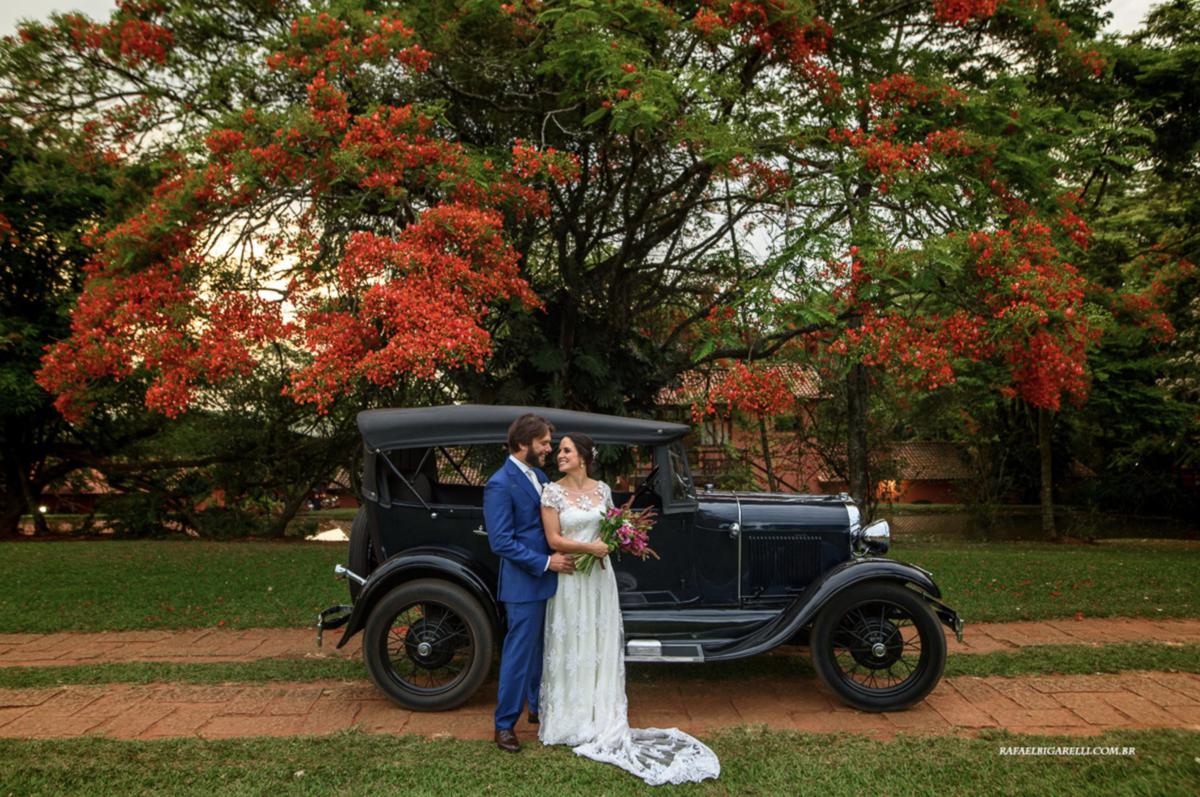 casal com carro de época cerimônia de dia por do sol onde casar no campo no interior de são paulo lugares para casar em sp fotografia rafael bigarelli