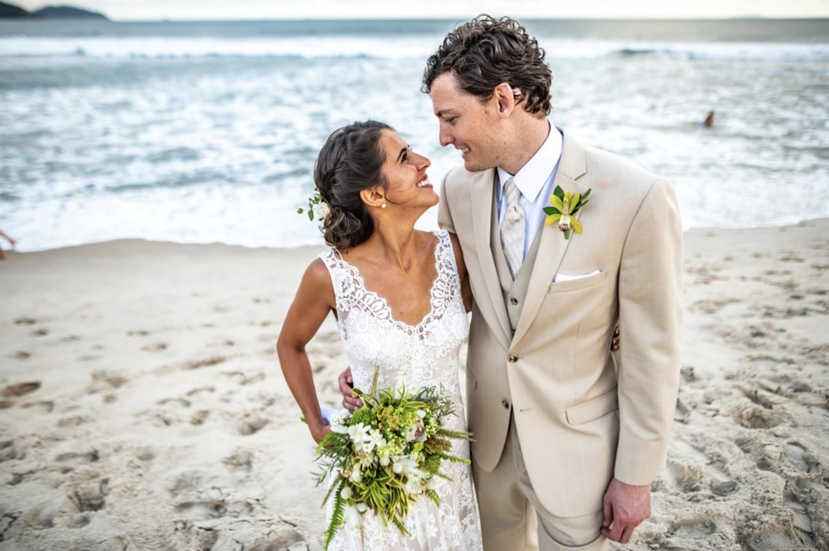 vestido de noiva casar na praia traje de noivo buquê de noiva vestidos de noiva casamento na praia traje para casar na praia litoral norte sp fotografia rafael bigarelli destination wedding maresias