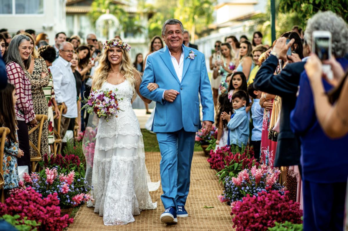 entrada da noiva vestido de noiva buquê de noiva pai da noiva traje azul vestidos de noiva casamento na praia traje para casar na praia litoral norte sp fotografia rafael bigarelli destination wedding