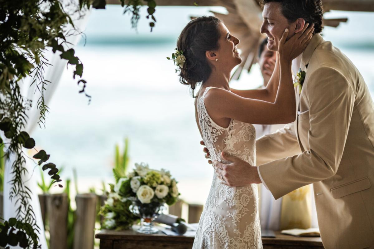 buquê de noiva vestido de noiva penteado de noiva vestidos de noiva casamento na praia traje para casar na praia litoral norte sp fotografia rafael bigarelli destination wedding maresias