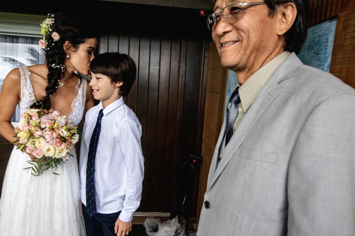 vestido de noiva coroa de flores buquê de noiva vestidos de noiva casamento na praia traje para casar na praia litoral norte sp fotografia rafael bigarelli destination wedding ilha do mel