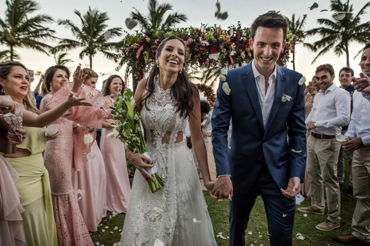 noivos na saída da cerimônia casamento na praia em maresias sp fotógrafo rafael bigarelli