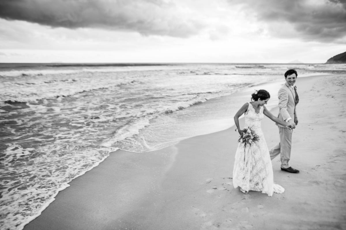 noivos na praia em casamento em maresias são sebastião sp