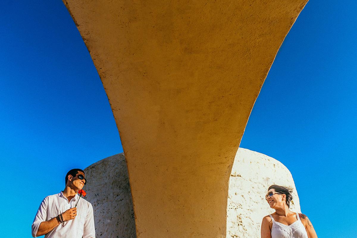 Foto casal elopment na praia com pé na areia em salvador na Bahia com ensaio de pré casamento