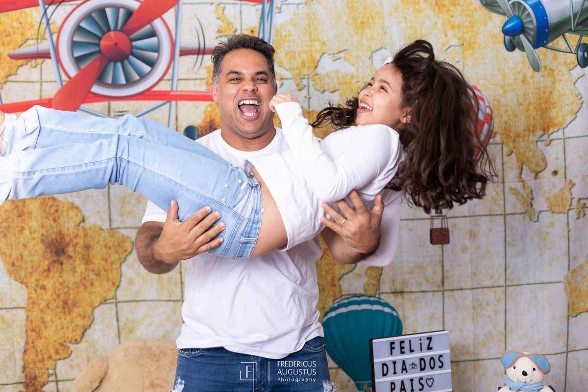 Ensaio do Dia dos Pais com tema aviador pai brincando com filha no coloco