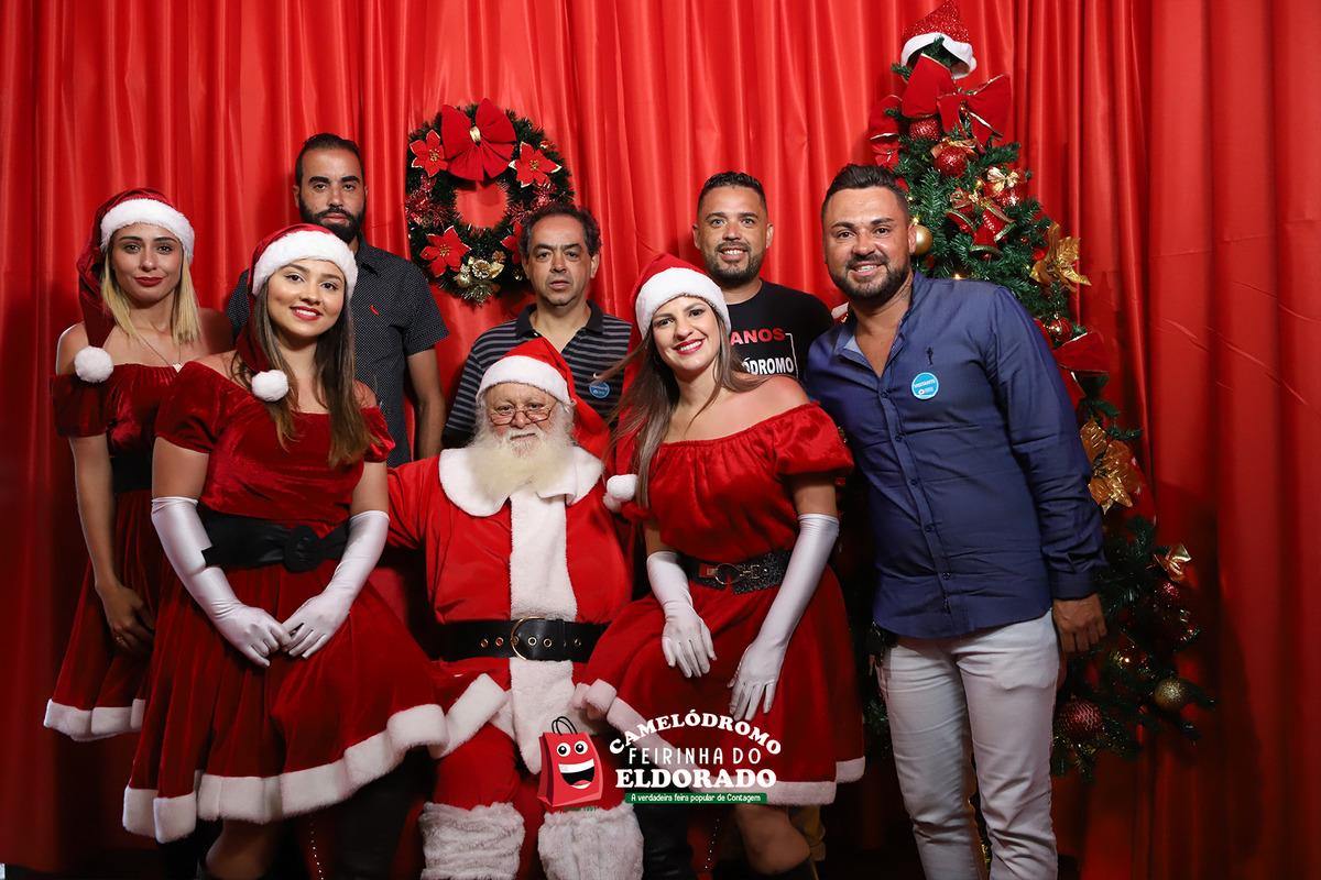 Papai Noel e as Noeletes com membros da diretoria da Associação do Camelódromo da Feirinha da Feira