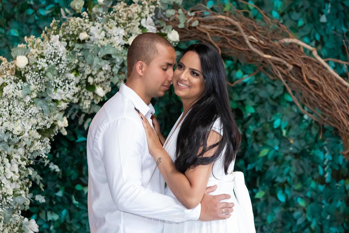 Renata e Guilherme abraços no pré casamento no Chalé Pampulha