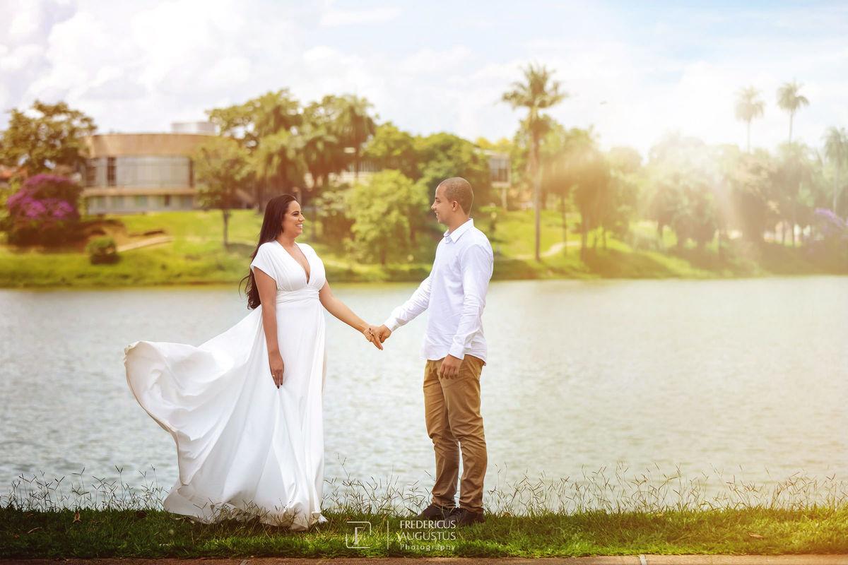 Os noivos Guilherme e Renata  tendo fundo os trações do belo projeto arquitetônico do Museu de Arte da Pampulha do mestre Oscar Niemeyer