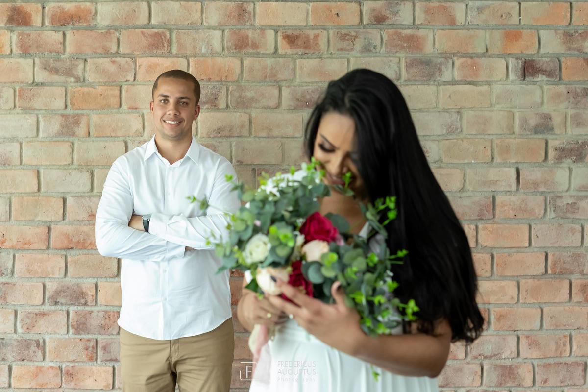 Renata apaixonada com o seu buquê no pré casamento no Mallard Recepções e Eventos