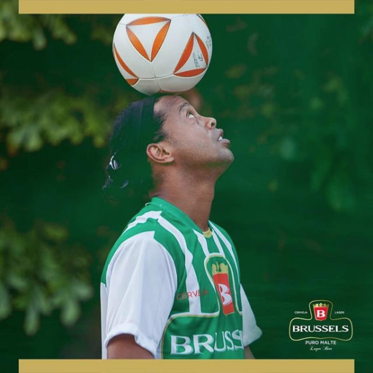 Fotografei Ronaldinho Gaúcho o garoto propaganda da Cerveja Brussels dominando a bola