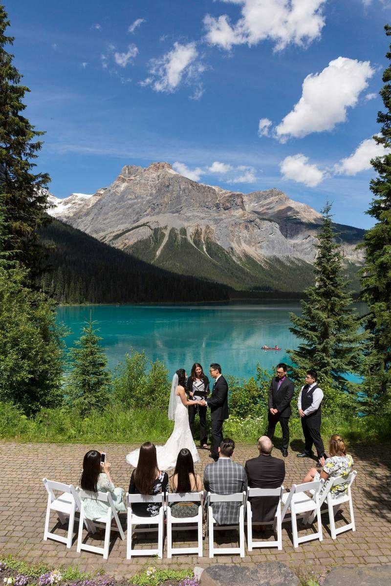 Cerimônia de casamento ao pé da montanha.