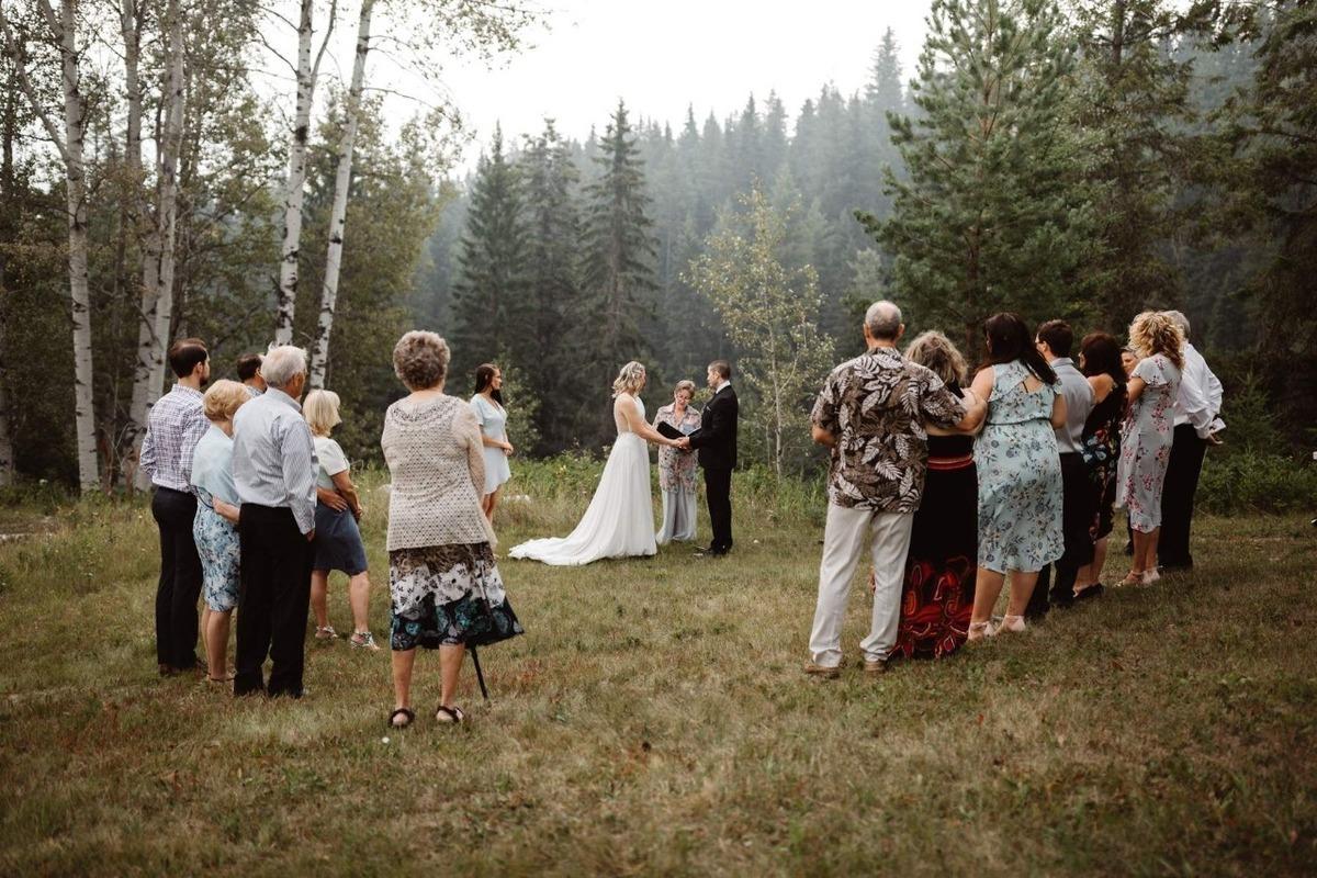 Cerimônia de casamento no campo.