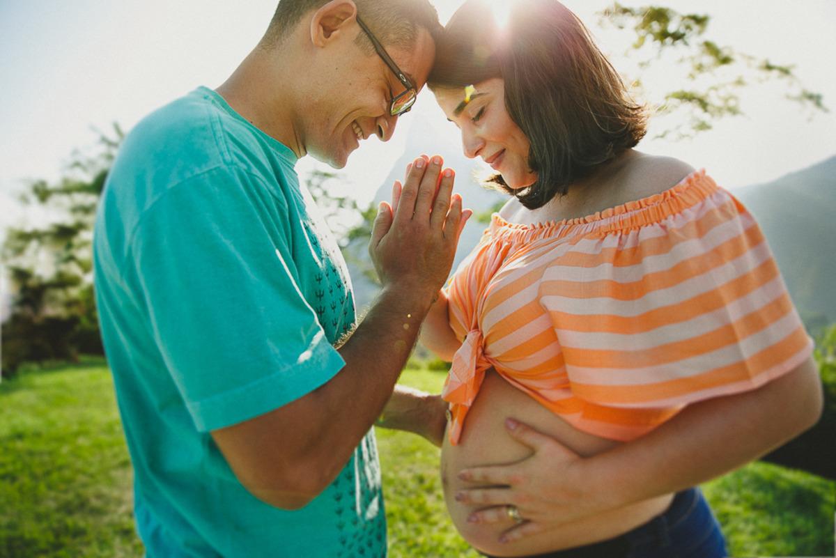 casal orando junto pela espera do seu bebê que vai nascer em breve