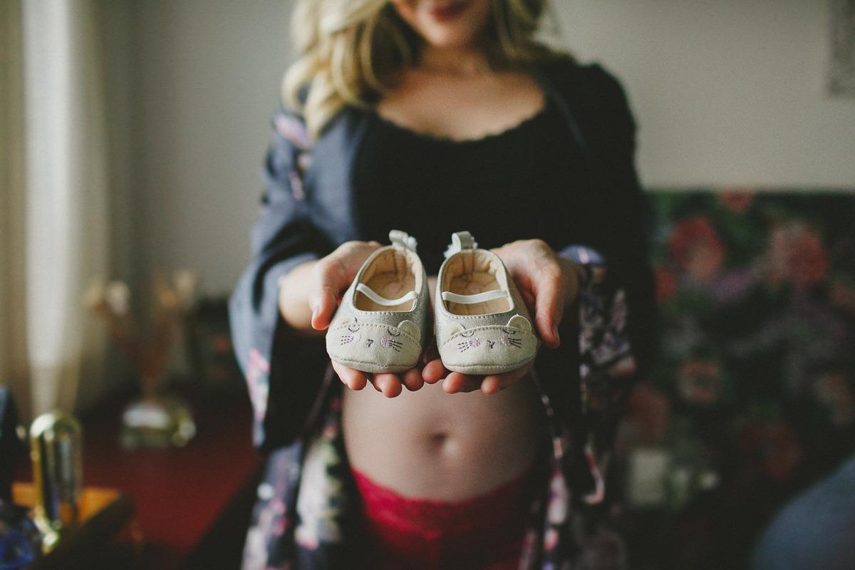 Em seu apartamento na cidade de São Paulo, Julie mostra os detalhes dos sapatinhos da sua primeira filha que chega em breve