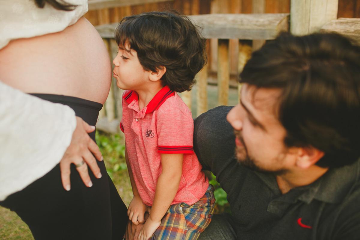 O Arthur deixou de ser filho único e ainda reluta em beijar a barriga da mamâe Sabrina