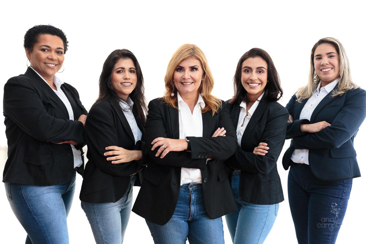Vera Lorenzo no meio da foto e sua equipe de trabalho.